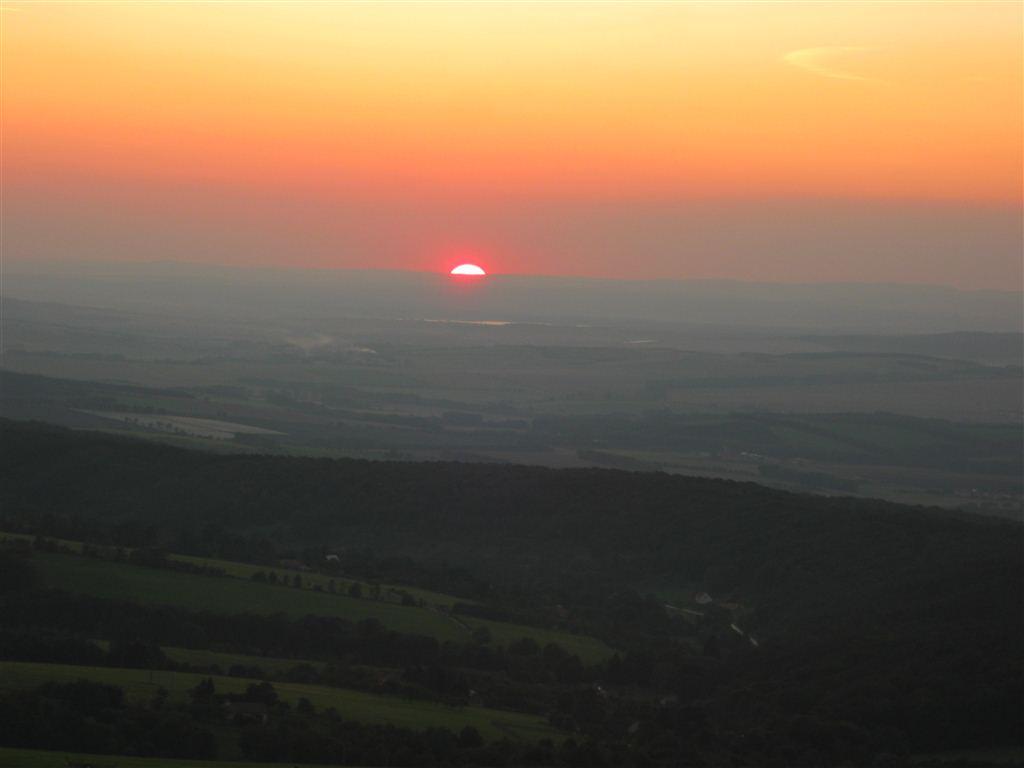 Západ slunce nad chatou